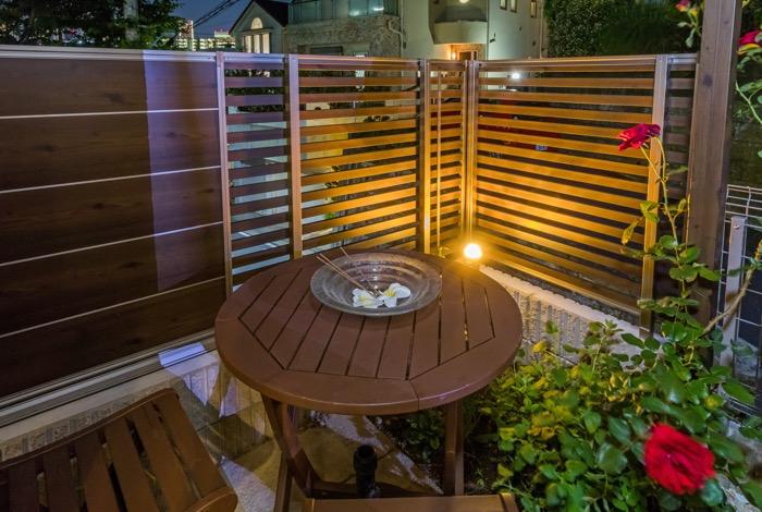 お庭のコーナーのライトが優しく灯る