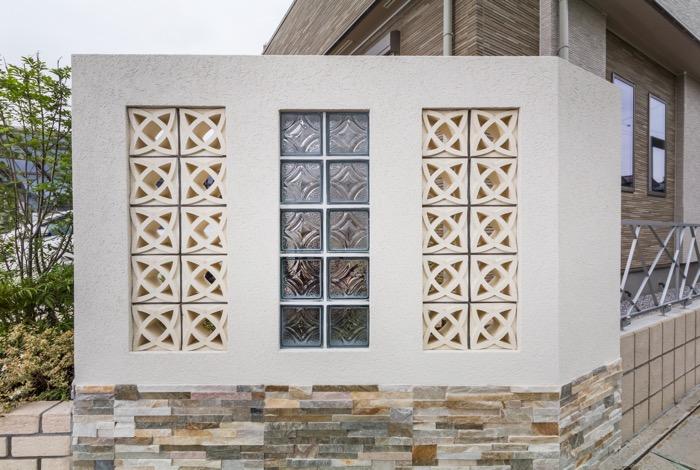壁にガラスブロックと透かしブロックをプラス