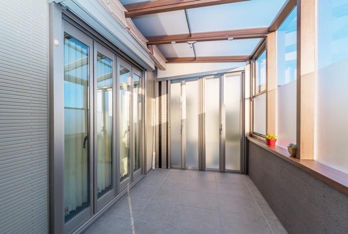ガーデンルームとテラス屋根で快適な空間に