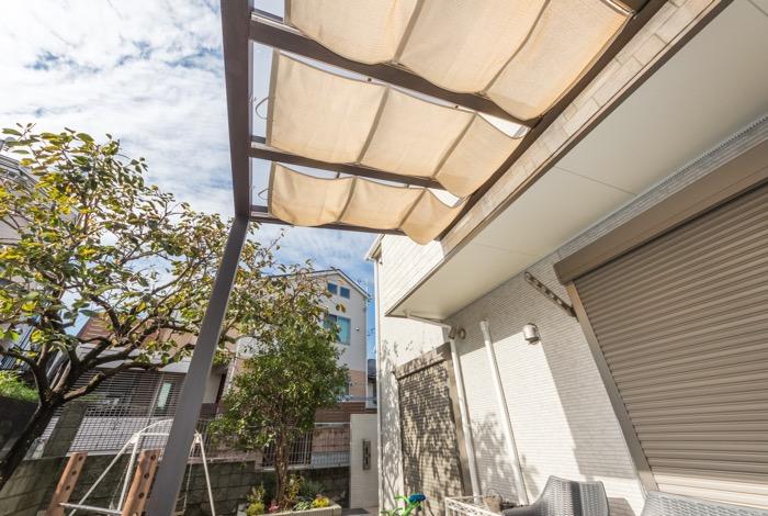 テラス屋根には内部日除けを完備
