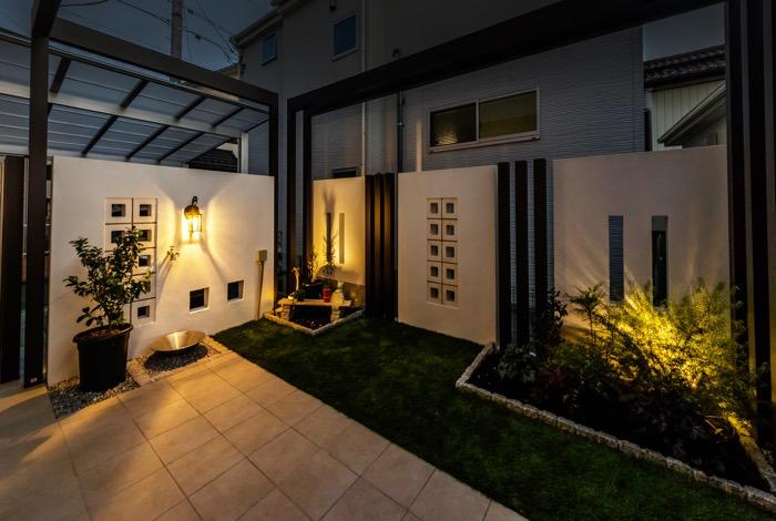 ランタン風のガーデンライトがお庭をライトアップ