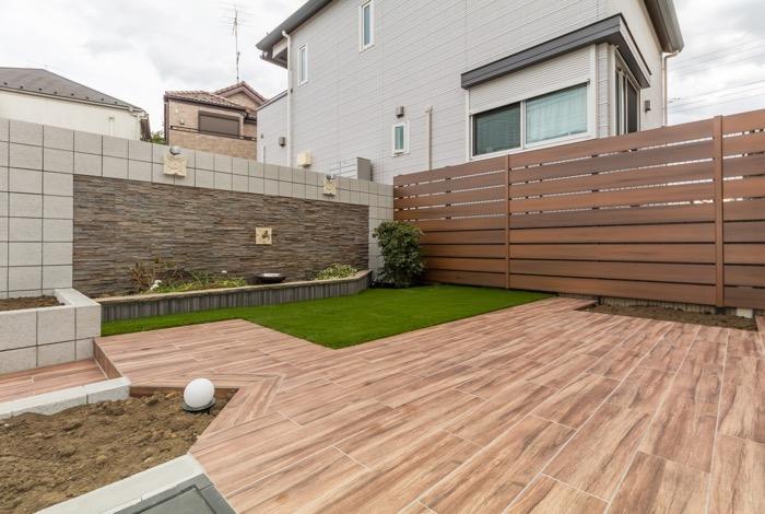 ウッド調のタイルと人工芝で地面を大幅リフォーム
