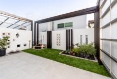 タイルと人工芝で床面をデザイン-サムネイル