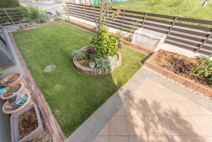 メインガーデンはタイルと芝生の2パターンをデザイン