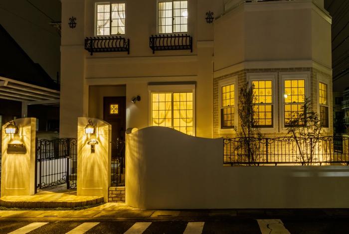 2つの門灯が優しく照らすファサード
