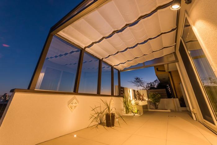 ガーデンライトで夜も美しいタイルデッキ
