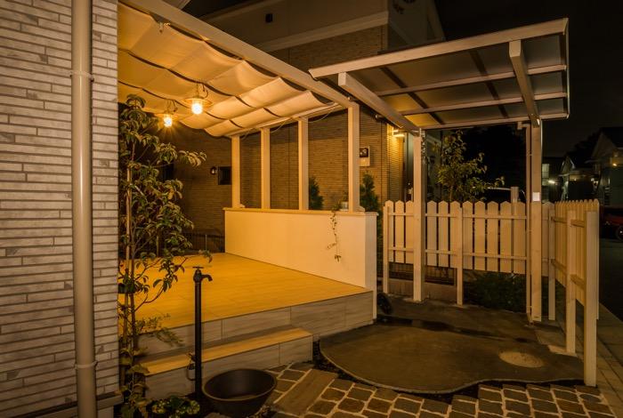 マリンライトの灯りがお庭を優しく包み込む
