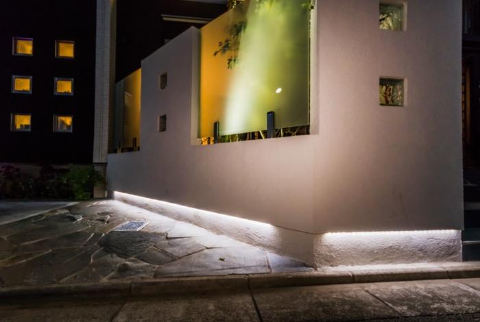 バーライトが印象的な夜のエクステリア
