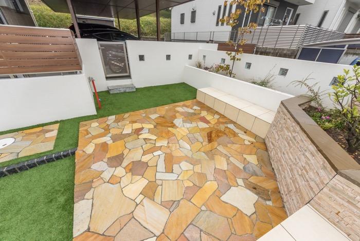 主庭は色鮮やかな乱形石で造作