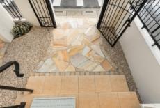 門の奥は自然石が彩る空間-サムネイル