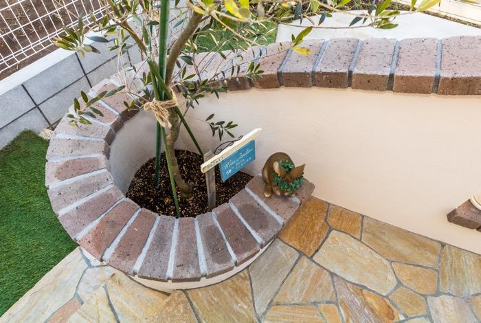 壁の笠木と植栽スペースを一体化