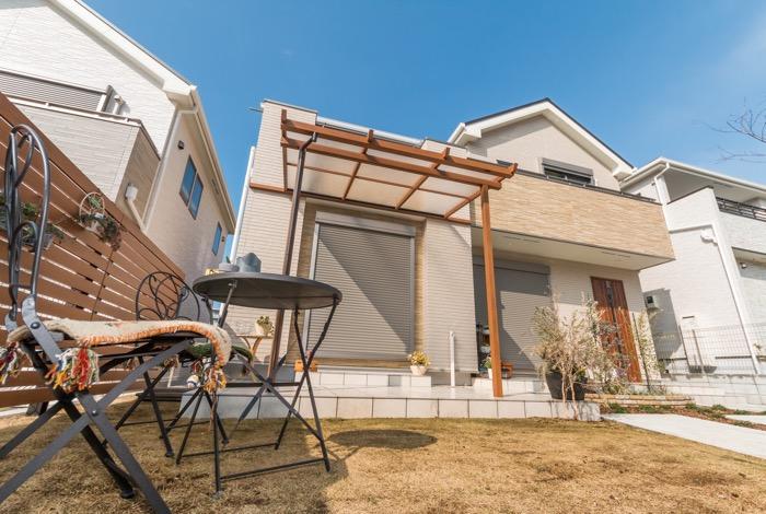 主庭はタイルデッキとテラス屋根で