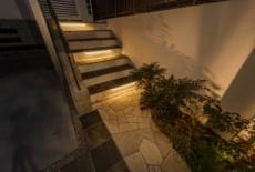 自然石で造作した階段にはバーライトをプラス-サムネイル