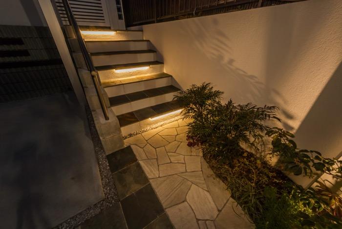 自然石で造作した階段にはバーライトをプラス