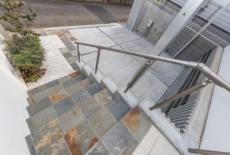 スリムなフォルムの手すりは高低差のある敷地の必須アイテム-サムネイル